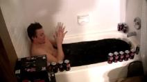 Ragazzo si fa il bagno nella Pepsi