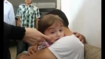 Padre riabbraccia il figlio che credeva morto dopo un attacco in Siria