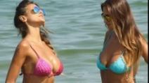 Cristina Buccino sexy al mare con la sorella