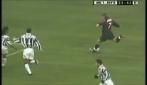 Shevchenko ubriaca la difesa della Juve e segna da fuori area