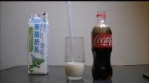 Ecco cosa succede quando si mischia la Coca Cola con il latte