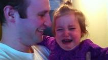 Il padre taglia la lunga barba: la figlia non lo riconosce e scoppia in lacrime