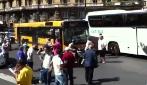 Napoli, si infila sotto ad un pullman e blocca il traffico