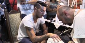 """Emis Killa tatuato da Nicolai Lilin: """"Sono ancora affamato, nonostante il successo"""""""