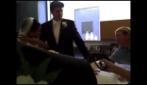 Pinguino fa pipì sulla sposa!