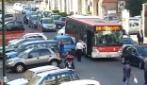 Napoli, parcheggia in seconda fila e blocca il traffico