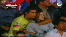 Palpa la ragazza in diretta durante partita di calcio!