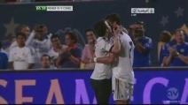 Durante Real Madrid-Chelsea, un tifoso invade il campo e abbraccia Cristiano Ronaldo