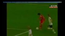 Una magia incredibile, un gol di rabona che si infila all'incrocio
