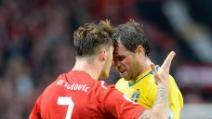 Incredibile sceneggiata di Elmander contro l'Austria: Arnautovic espulso