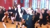 Giovani studenti fanno l'haka, la danza degli All Blacks