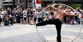 """""""L'uomo cerchio"""", spettacolare esibizione di un artista di strada"""