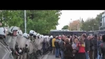 Dopo 5 mesi la polizia sgombera la tv greca: scontri e arresti