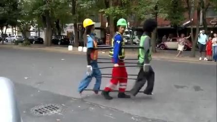 Un artista di strada e la sua particolare performance