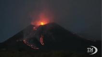 Spettacolare eruzione dell'Etna, esplosioni e fontane di lava