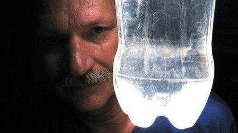 La bottiglia d acqua che illumina paesi