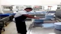 Impressionante: lava 50 piatti in 10 secondi