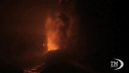Eruzione notturna dell'Etna, la lava incendia la neve
