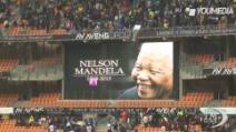 Addio a Mandela, lo stadio di Soweto si riempe sotto la pioggia