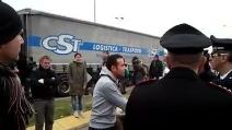 Foconi gli bloccano la strada, camionista multato dai carabinieri