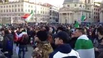 """Piazza del Popolo, cori da stadio dei manifestanti: """"Tutti a casa, tutti a casa"""""""