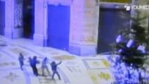 Napoli, il video dell'assalto all'albero di Natale in Galleria