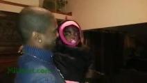"""Bimba """"confusa"""", vede per la prima volta il gemello identico del suo papà"""
