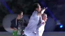 Callejon salta sulle spalle di Mourinho durante la celebrazione della vittoria del titolo