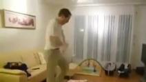 Due neonati gemellini imitano il papà che balla