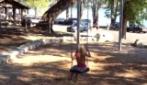 Mia Talerico gioca sull'altalena
