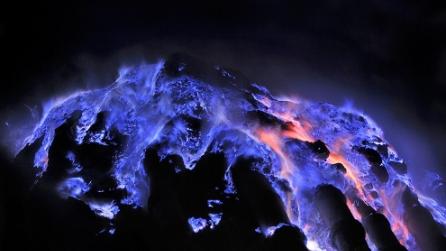 """L'affascinante mistero delle """"fiamme blu"""" del vulcano Kawah Ijen"""