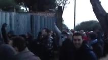 La contestazione dei tifosi della Lazio a Formello