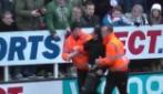La singolare invasione di campo di un tifoso del Newcastle durante il derby con il Sunderland