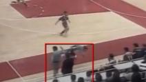 L'allenatore sgambetta il giocatore avversario e si accende la rissa