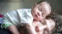 Il neonato che dorme sulla faccia del papà