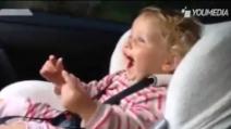 Troppo divertente: il papà accelera e lei impazzisce di gioia!