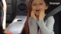 A tutta velocità in auto con papà, l'esilarante reazione di una bambina!