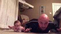 Lezioni di ginnastica dalla piccola Lilly, il papà fatica a tenere il ritmo