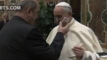 Papa Francesco benedice una donna al telefono