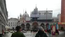 Carnevale di Venezia 2014, martedì grasso con l'acqua alta da codice arancione
