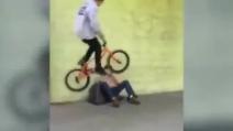 Ciclisti usano un senzatetto come ostacolo