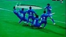 Segna un gol incredibile da 50 metri, esulta sparando i suoi compagni