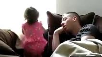 Bimba fa i dispetti al papà che dorme
