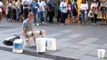 Il miglior batterista al mondo è un artista di strada