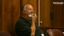 Prima che il giudice entri in aula, mangia il foglio con la dichiarazione di un informatore