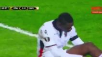 Balotelli segna un gran gol: non esulta, resta a terra e aggiusta i calzettoni
