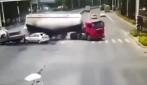 Il rimorchio del tir schiaccia l'auto: immagini terribili in strada