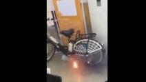 Una scintilla, poi lo scoppio: la bici elettrica esplode da sola