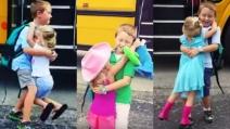 La sorellina ama il fratello maggiore: lo aspetta quando torna da scuola per abbracciarlo