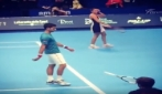 Novak Djokovic imita Fognini al Forum di Assago: Flavia Pennetta ride divertita